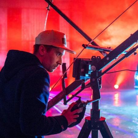 Клипмейкер за операторским краном - видео продакшн клипов Сочи
