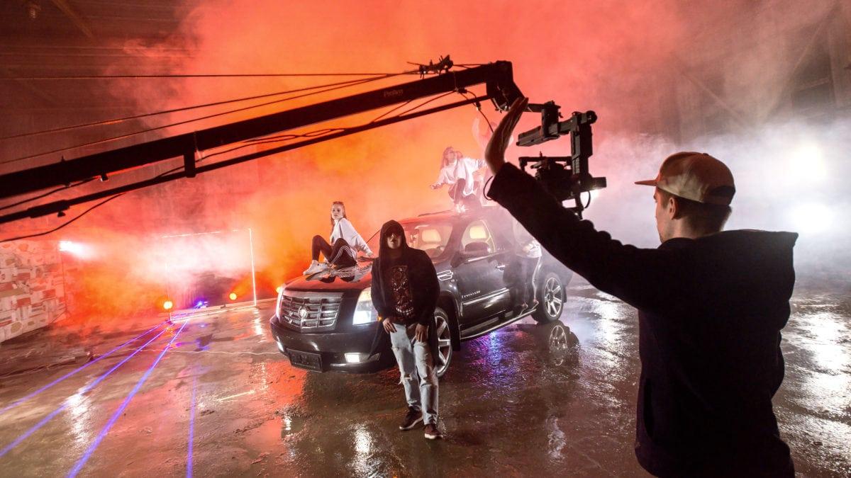 Режиссер в работе над съемками клипа в Сочи